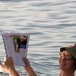 Zeitung lesen im Toten Meer